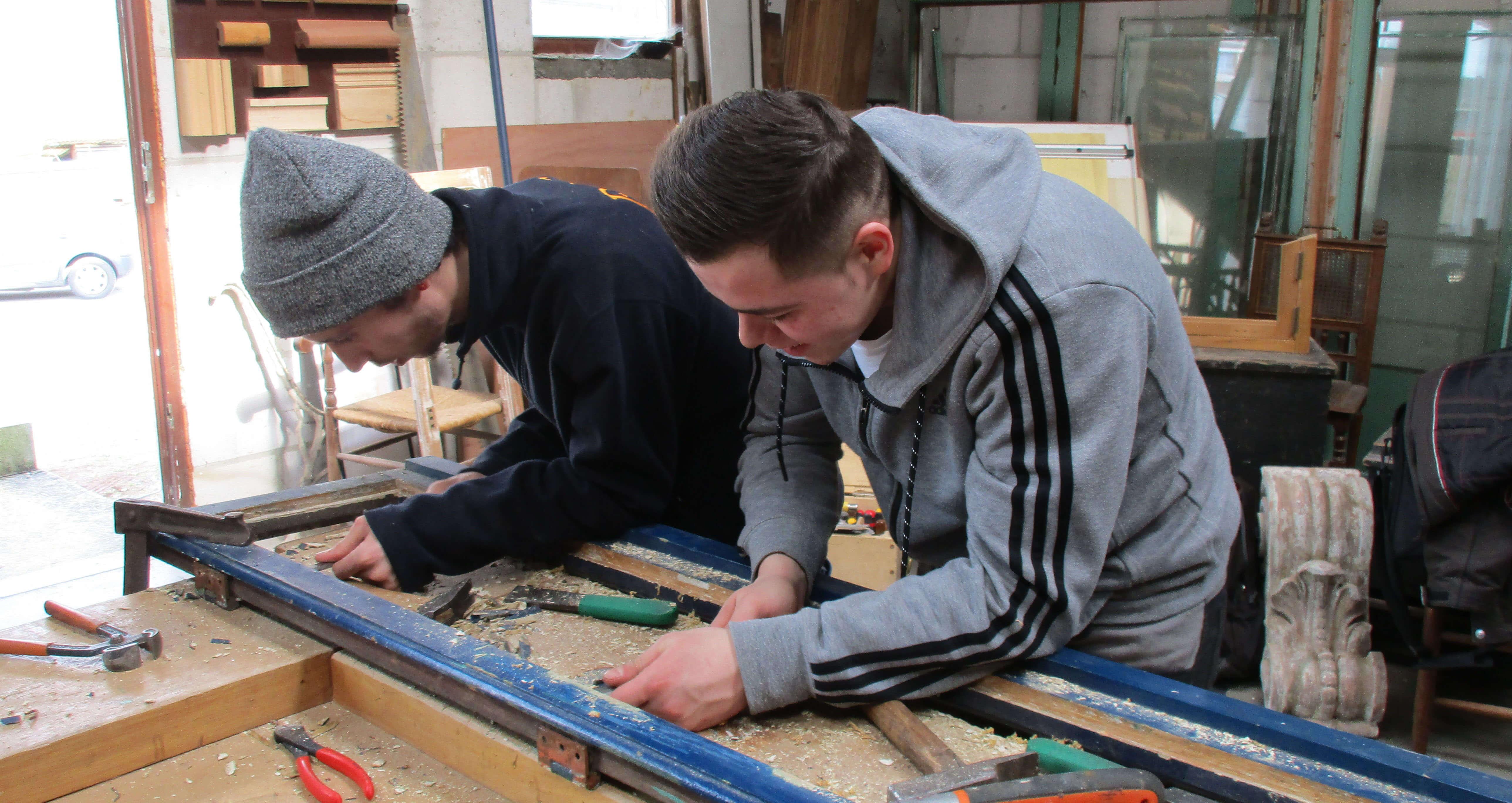 leerlingen doen aan houtbewerking